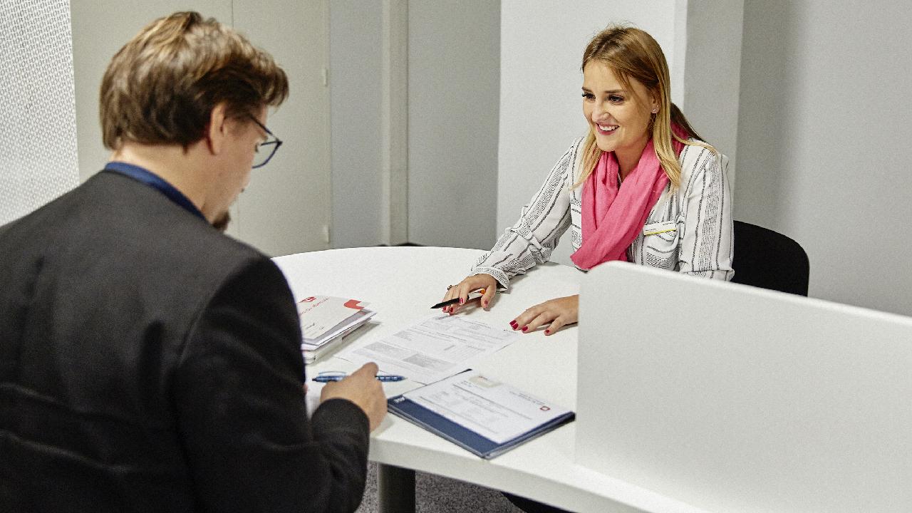 Photographie d'un échange entre un recruteur et une candidate
