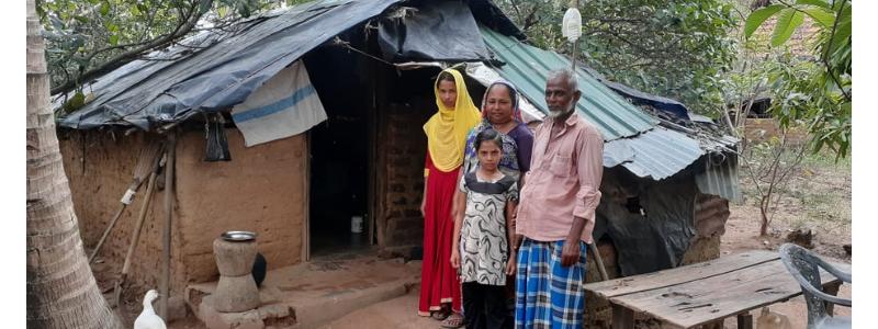 Photographie d'une famille rurale Sri-Lankaise autrefois dépourvue de logement, bénéficiant aujourd'hui d'un habitat par l'aide du FASH